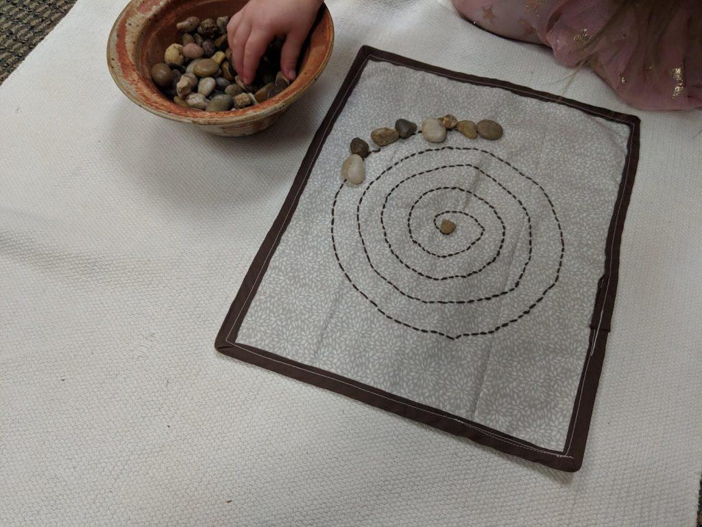 משחק ילדים עם אבנים