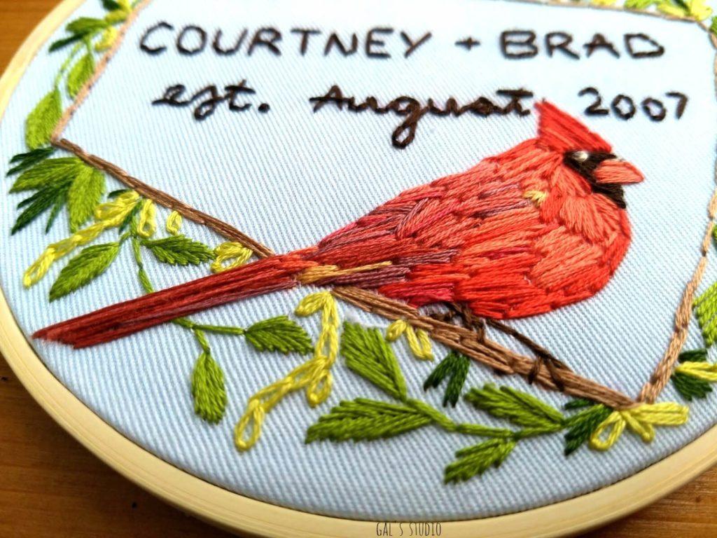 חישוק רקמה ליום נישואין עם ציפור קרדינל אדומה