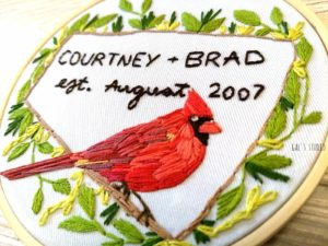 חישוק רקמה עם ציפור קרדינל אדומה, ליום נישואין