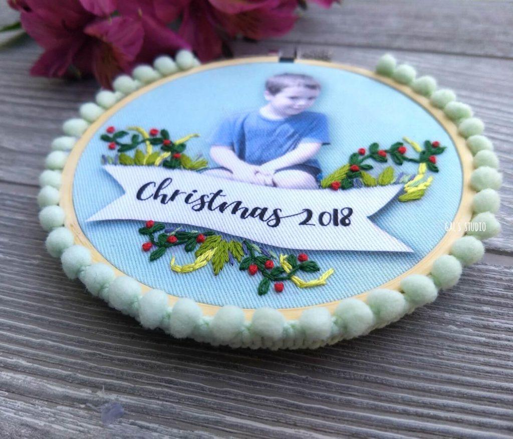 מט צד על חישוק רקמה לתלייה על עץ חג המולד