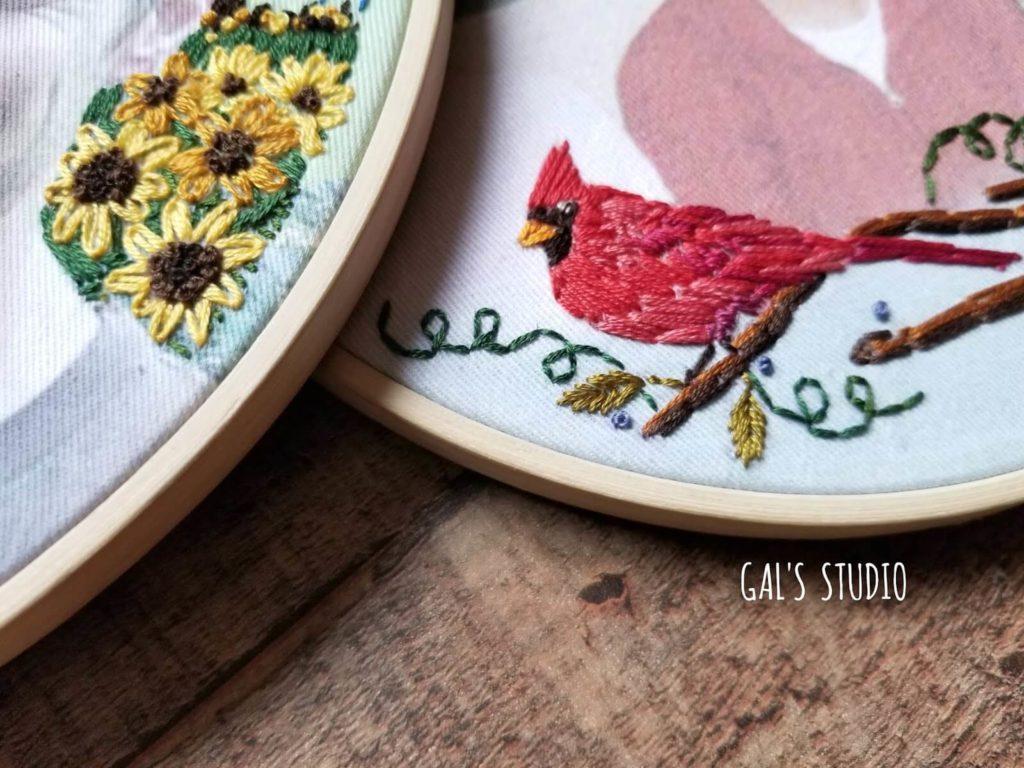 חישוק רקמה עם ציפור אדומה וחמניות רקומות