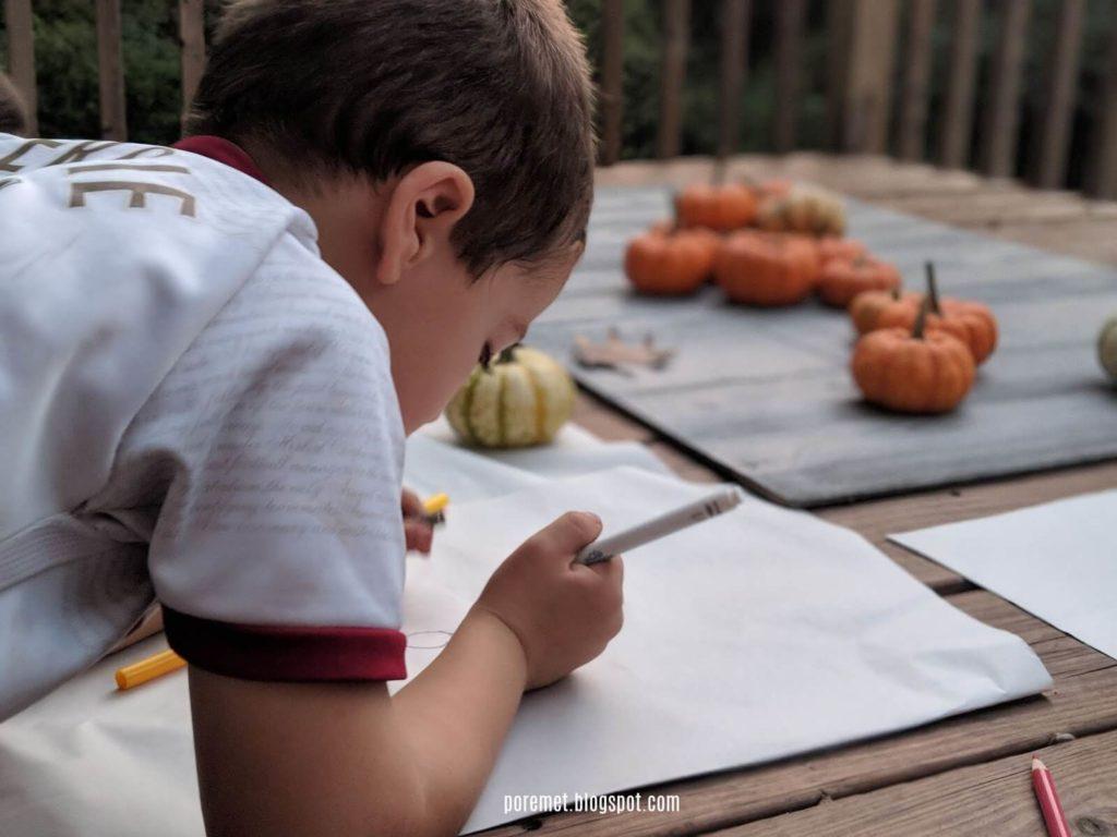 ילד מצייר דלועים