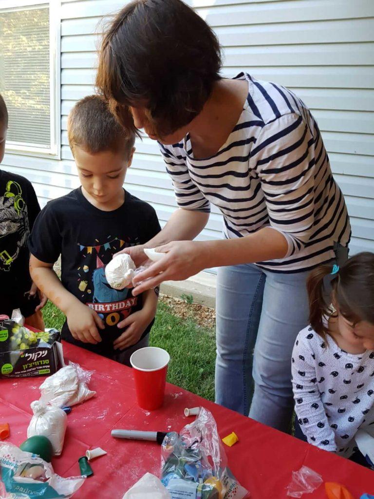 מכינים כדורי נינג'ות עם קמח