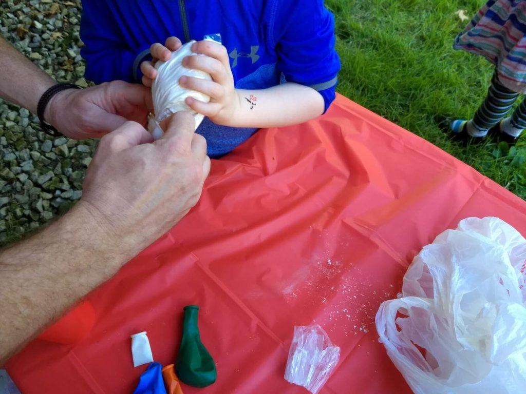 ידיים של אבא וילד מכינים כדור