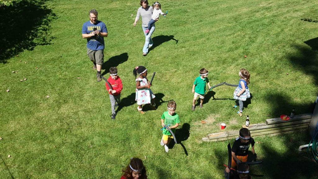 ילדים רצים בדשא