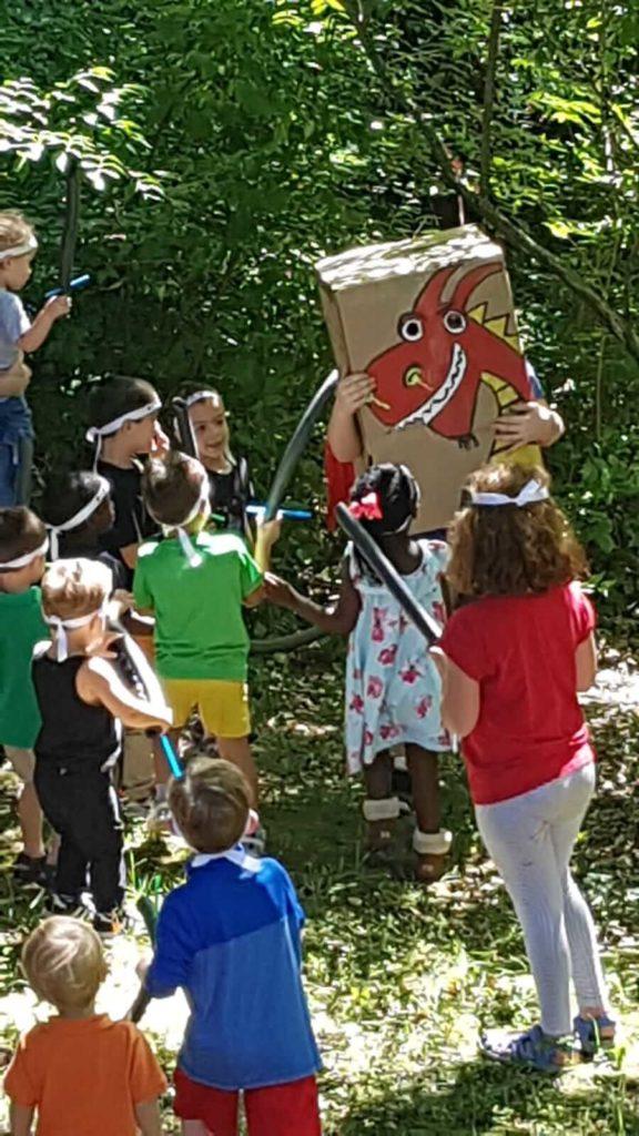 ילדים סביב קופסה עם ציור דרקון