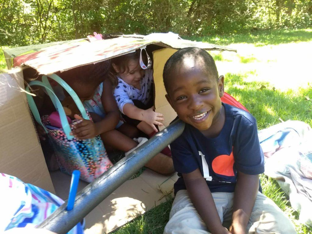 ילדים משחקים בתוך קופסת קרטון