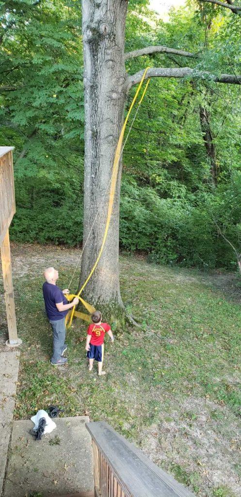 סבא בונה נדנדה על העץ