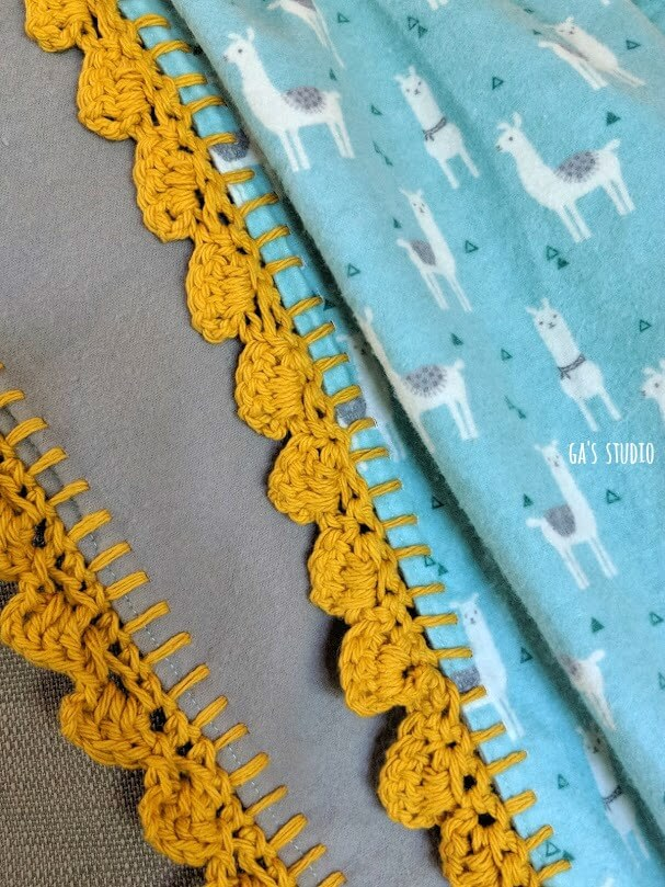 שמיכה עם דוגמה של למות בטורקיז וגימור קרושה בצבע חרדל