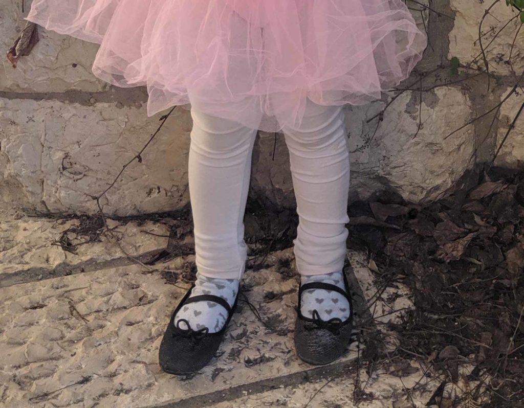 רגליים קטנות בנעלי בלרינה וחצאית טוטו