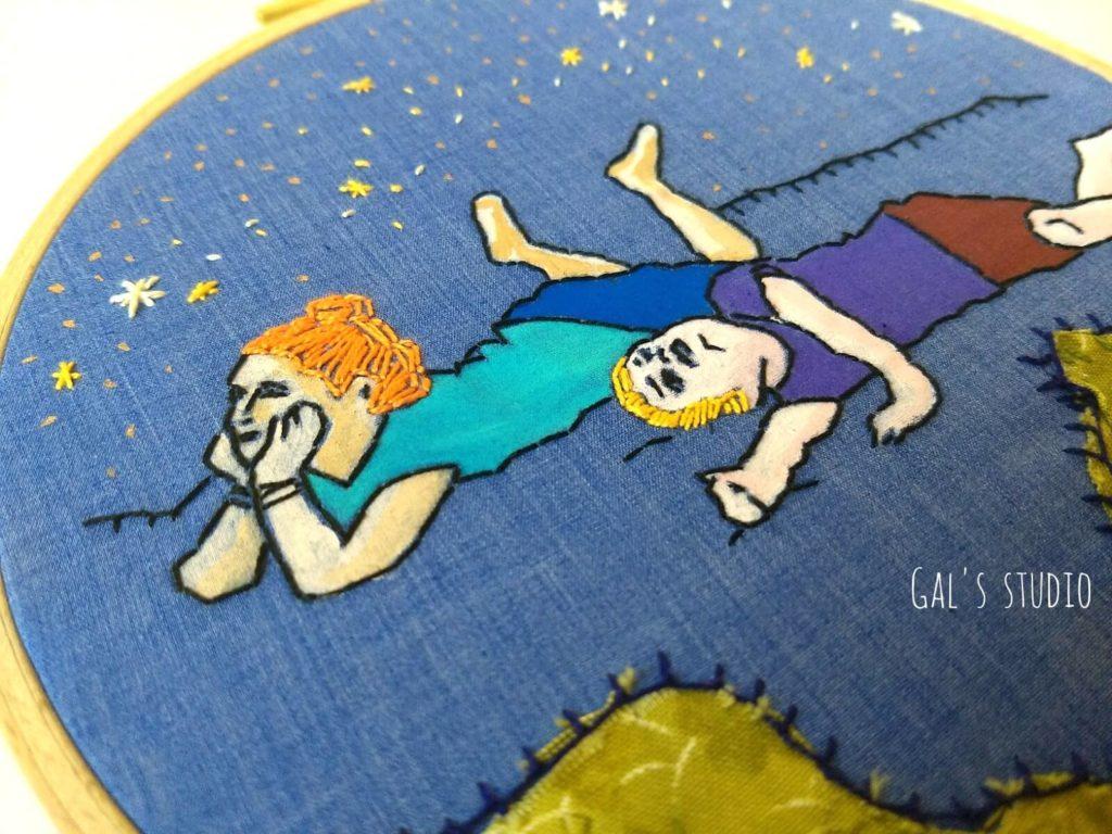 מיקסד מדיה על חישוק רקמה, ילדים צופים בכוכבים