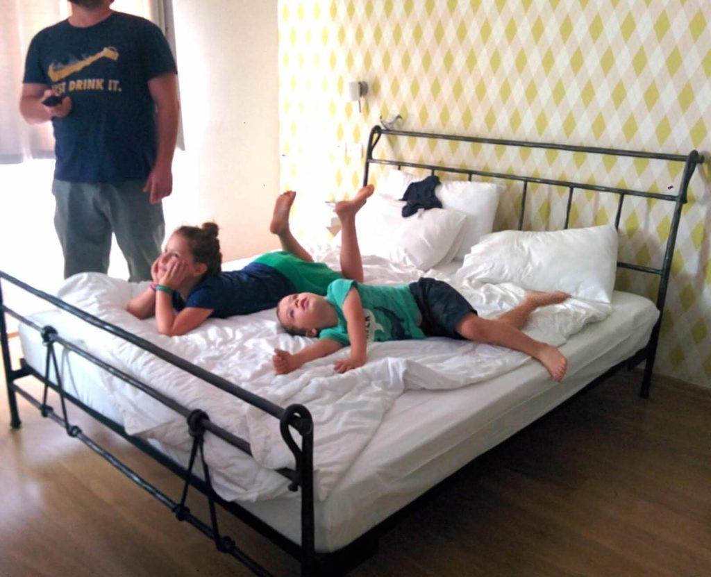 ילדים על מיטה, צופים בטלויזיה